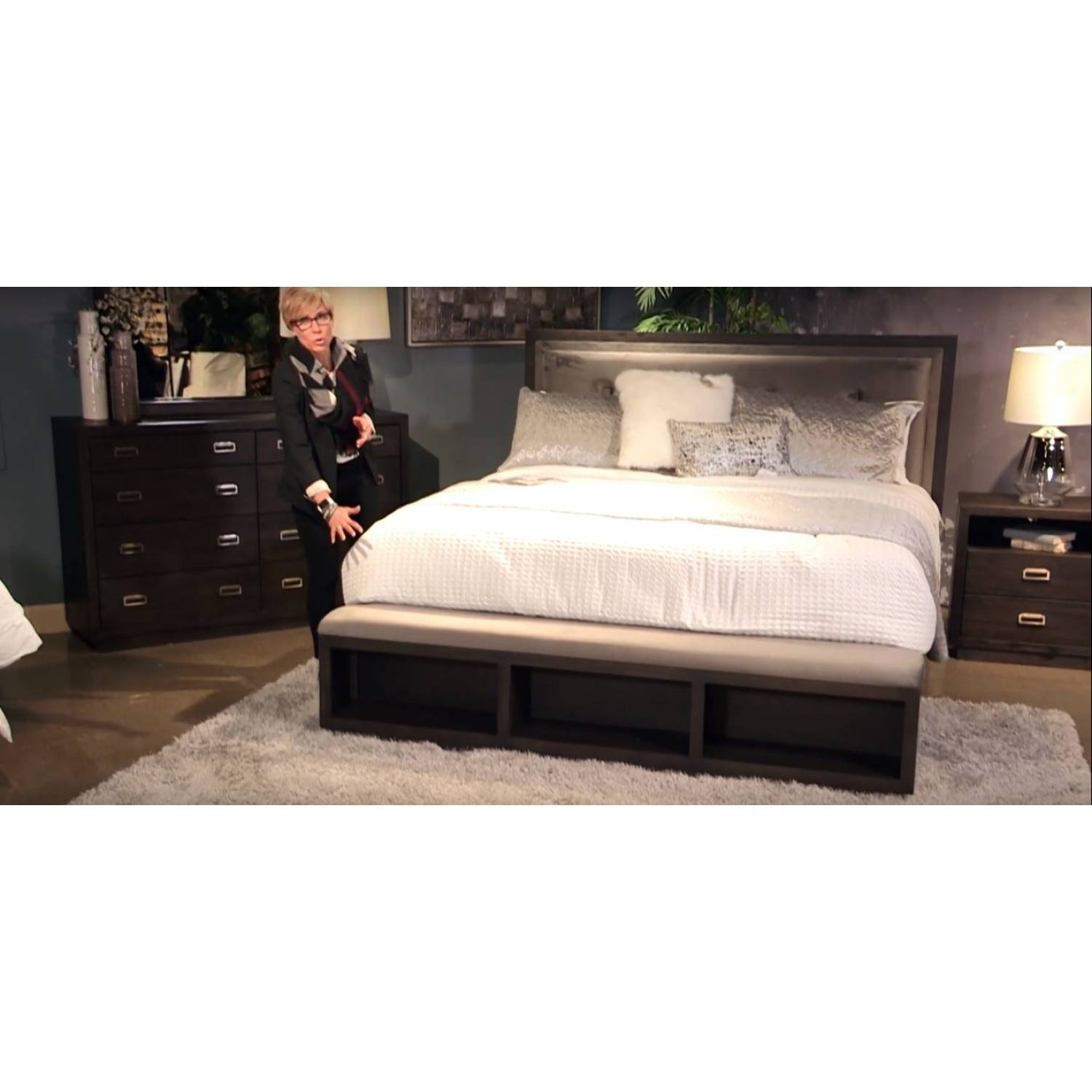 B731 Hyndell 4pc Sets Queen Uph Panel Bed